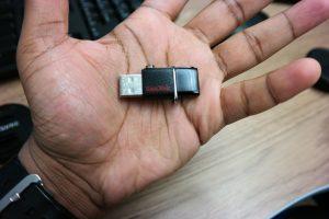 SanDisk-Ultra-Dual-Drive-USB palm