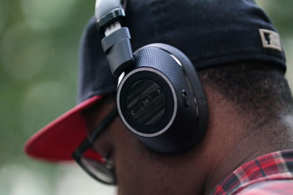 plantronics-backbeat-pro-2-on-ear-behind
